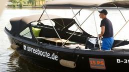 Spreeboot mit Skipper auf der Spree